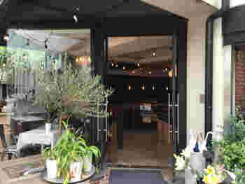 お花屋さんに併設された「ピースフラワーマーケット&カフェ(Peace Flower Market & Cafe)」は、季節の草花であふれる癒しのカフェです。