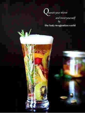 ビールベースのカクテルにも、ぶどうを使って秋っぽさを演出すると素敵ですね。レモンと生姜で風味付けしたフルーツマリネを使った、見た目にもかわいらしいカクテルです。