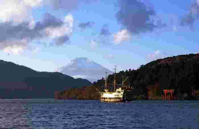 芦ノ湖についたら、遊覧船で優雅に湖上から紅葉を眺めるのもおすすめ。
