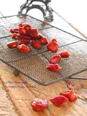 お砂糖で煮た苺をオーブンで焼いてから天日干ししています。手間がかかるようですが、意外と簡単!ティータイムのお供や、小腹が空いた時などつまめば、贅沢な気分が味わえそう。