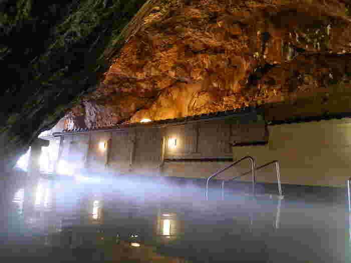 こちらも自然の洞窟をそのまま活かした「玄武洞」。荒々しい岩肌と太平洋の眺め、と自然を肌で感じながら温泉を楽しむことができます。