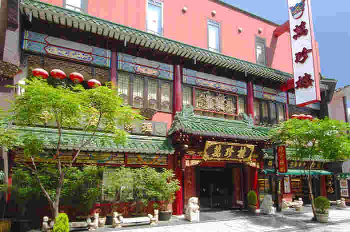 中華街で100年以上の歴史を誇る「萬珍樓(まんちんろう)本店」。元町中華街駅や石川町駅から歩いて5分ほど、中華街大通りにあるお店です。全フロアがバリアフリーとなっているので、3世代ファミリーなどで利用するなんてこともできますね。