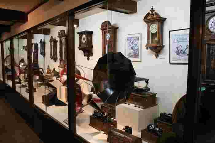 資料館で展示されているものは、ほとんどが青柳家ゆかりのもの。武士の生活をイメージさせるものだけでなく、明治、大正のレトロな展示品が多いのも青柳家の魅力です。所狭しと並ぶハイカラな展示物は見応えたっぷりですよ。