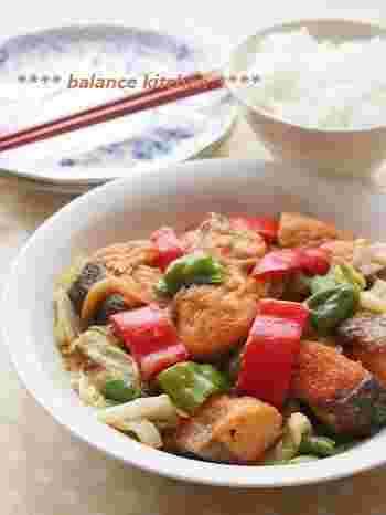 回鍋肉といえば豚肉ですが、こちらは鮭を使ったレシピ。甜麺醤は使わず、味噌で作っているんです。豆板醤がピリッと効いたご飯に合うおかずですよ。