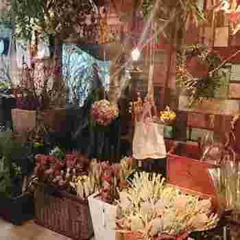 ドライフラワーは、全てお店で作られているそうなので、価格もお手頃なのは嬉しいですね。1本から購入可能ですし、スワッグやリースなど、予算や好みを相談して作ってももらえます。  ※スワッグ:ドイツ語で壁飾りの意味。壁に飾る草花は全てスワッグと呼びます。ドライフラワーで作る花束のような飾りもスワッグです。