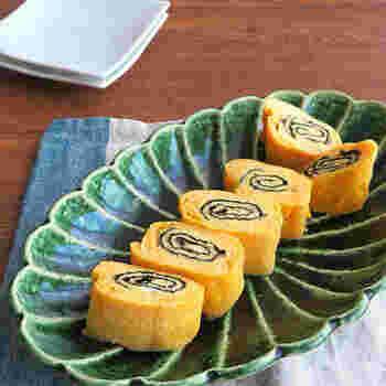 卵焼きに海苔を巻き込めば、渦巻き模様がアクセントになります。明太バター味ならお弁当はもちろん、おつまみにもなる一品に。海苔を使うだけでもいつもと違った味が楽しめるので、ぜひお試しを。
