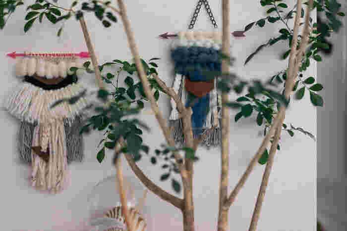 海外でも人気のウィービング。ウィービングとは、毛糸や綿などを使って作るタペストリーのこと。こちらでは手作りのものを飾っているそうです。もこもことした毛糸のウォーム感が秋冬のインテリアにぴったり♪