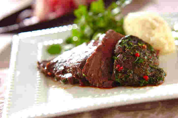 オーブンがなくても簡単にできちゃう!絶品ローストビーフ。もったりとしたマッシュポテトも添えて。