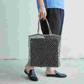 ざっくりと編まれたバッグはラフでカジュアルだけど、どこかデザイン性を感じさせます。