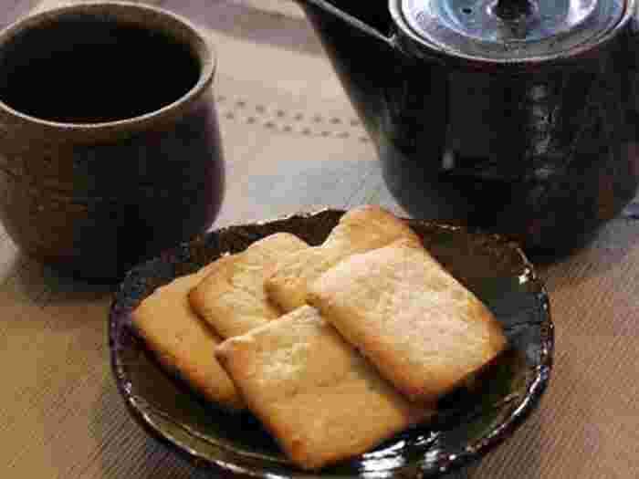 生おからを炒って粉と合わせると、豆乳の香りが残る美味しいクッキーに。パウダー状のものに比べて、豆乳の香りが残るのが特徴です。生おからはスーパーでも販売されていますが、豆腐専門店の新鮮なおからを見つけたら是非チャレンジしてみて♪