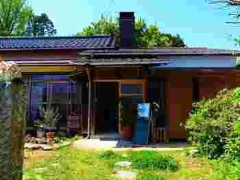 泉のスマートICから、さらに泉ヶ岳方面へ車で10分程。仙台市の泉区実沢にある古民家カフェ「農風cafe 杜ノ遊庭(あしびな)」は、周りを里山の自然に囲まれたノスタルジックな佇まい。田舎の親戚のお家に遊びにきたような気分が味わえます。