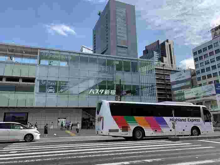 バスタ新宿からは高速バスが出ています。松本バスターミナルまでの所要時間は約3時間20分です。料金は片道3,500円〜とお手頃な価格。連休などは高速道路が混む場合があるので時間に余裕をもったプランが◎