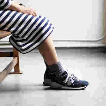 スニーカーに、シンプルなグレーの靴下を合わせた足元コーデ。グレー・ホワイト・ブラックなどのベーシックカラ―のシンプル靴下は、どんなスニーカーと合わせてもおしゃれにまとまります。