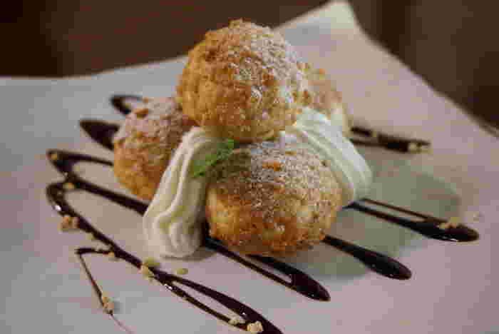 おすすめメニューは、名物の「さくさく和三盆シュー」です。中身のカスタードクリームは、オーダー後に入れてくれるので、出来立てシュークリームならではの、さくさくとした食感を楽しむことができます。