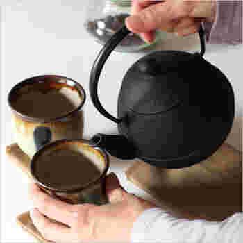ざらざらとした素朴な手触りに愛着がわく鉄急須。南部鉄器の窯元・及源鋳造は1852年創業の歴史ある老舗。かわいらしいタマゴ型です。