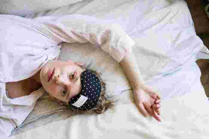 平日は忙しくて、ゆっくりバスタイムを取れない!という人もいるかもしれません。そんなときは、アイマスクで目もとを温める方法も◎緊張が緩み、筋肉の強張りや血行不良の改善が期待できます。また首肩周辺も凝りで血流が滞りやすいパーツ。睡眠にも大きく影響を与える可能性があるので、ここもしっかりと温めて緩めることで、不調の軽減に繋がります。