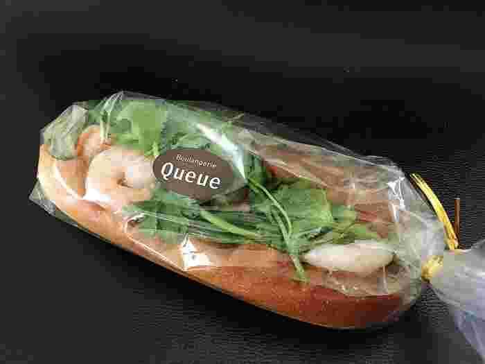 あらゆるパンのなかでも、パクチストさん達から絶大な人気を誇っているのが、こちらの「バインミー 」。  ベトナムのバゲットサンドイッチなのですが、かなり本場の味に忠実なのはもちろん、パクチーの量がすばらしい!と評判なんです♪  見た目以上にボリュームも多いようで、ランチならこれ一つでお腹いっぱい!という声も。