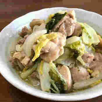 5~15分で出来上がるレシピです。味付けは洋風でにんにくや白ワインは使われておりおしゃれ。和風だしの煮物の味に飽きていたら、ぜひチャレンジしてみてください。身体を潤してくれる白菜が入っているので、喉が乾燥して痛む時にぴったりの煮物です。