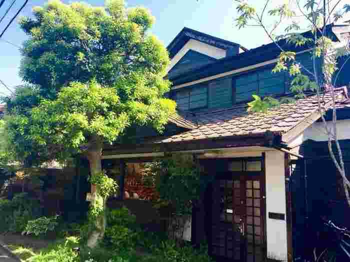 築80年とも言われる古民家をリノベーションした『松庵文庫』は、落ち着きのある佇まいとどこか懐かしく優しい空気に包まれているブックカフェです。