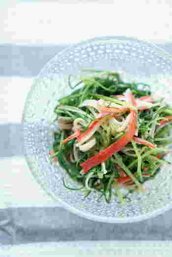 赤と緑の色合いがとても可愛らしいカニカマのナムルです。さっと作ることができるので、お弁当の色味が寂しいなと思ったときにも便利に使えます。