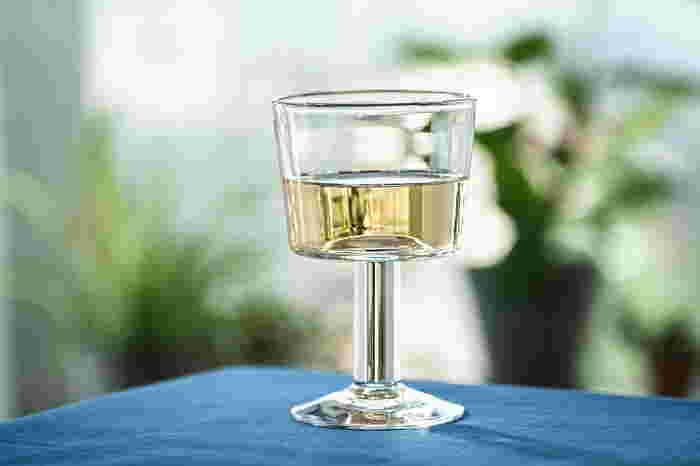 吹きガラスで作られたワイングラスは、一点一点微妙な違いがあって趣深い。直線的なデザインで、上品ながらもカジュアルな雰囲気を食卓に運んでくれます。