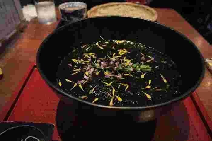 オリジナルの「加賀棒茶そば」は、前田加賀藩の地域で古くから飲まれている加賀棒茶を練りこんだお蕎麦。お茶の香りがふわっと広がるお蕎麦は、細打ちでなめらかなのど越しです。