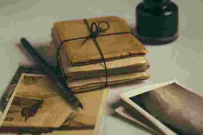 「トーベ・ヤンソンという作家はなぜこれほどまでに愛されるのか」、それを裏付けるエピソードのひとつに、彼女のファンである子ども達から届く手紙に、返事を書き続けていたことがあげられます。ムーミンの物語が世界で翻訳されるに伴って増え続ける手紙。どれだけ時間があっても足りないくらいの膨大な量の手紙に返事を書き続けるということを、トーベは決してやめようとはしませんでした。