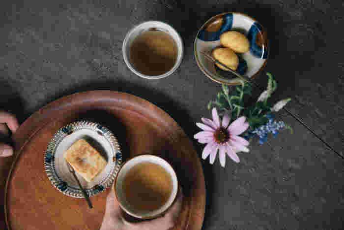 沖縄の焼き物、やちむん。素朴ながらも大胆な絵柄を活かして、シンプルなお菓子を少しだけ盛りつけてみて。