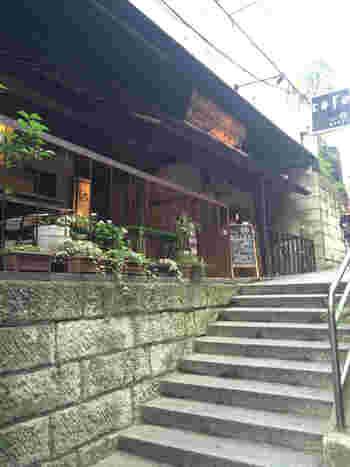 かつて料亭が軒を連ねた赤坂。その1軒をリノベーションしたカフェレストランです。狭い路地裏に入り階段を上がっていくというお店への道のりまで、隠れ家感が満載です。