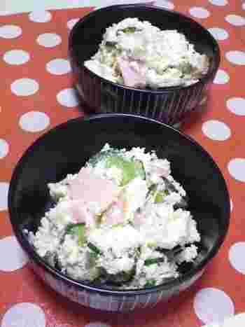 おからは、煮物以外にも利用法がいろいろ。こちらはサラダ。おからを軽く洗って絞り、乾煎りしてから使います。野菜サラダにしっとりした食感が加わるのも楽しいですね。酢・粒マスタード・ヨーグルトが下味や隠し味になっています。
