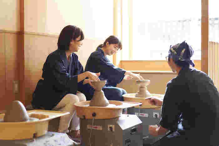 京都観光は何度もしている方も多いと思いますが、京都の伝統的な焼きもの、京焼の陶芸体験をしたことはありますか?華やかな京焼は京都らしい歴史文化を代表するアイテムです。奥深い京都の文化に京焼を通して触れて、貴重な体験と美しい焼き物をお土産にしよう。