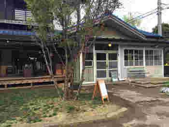 川口市にある「senkiya」は、もともとは植木屋だった建物を改装し、雑貨店&カフェとして生まれ変わりました。  広い敷地内にはカフェのほか、観葉植物、コーヒーの豆などを販売しているスペースやギャラリーも併設されています。