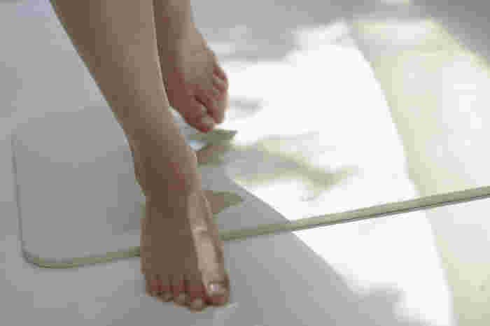 珪藻土グッズの定番といえばバスマットですね。お風呂から上がった時のビチョビチョを一気に吸い取ってくれます。家族で続けて入浴する時の濡れたバスマットが気になる人はぜひ試してみて。
