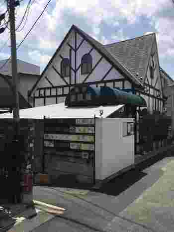 創業350年もの歴史を誇る金魚屋さんが営業していという、珍しい喫茶店が「金魚坂」です。金魚を見ながら寛いでもらいたいという思いからオープンしたのだそう。大江戸線の本郷三丁目駅から歩いて約5分のところにあります。
