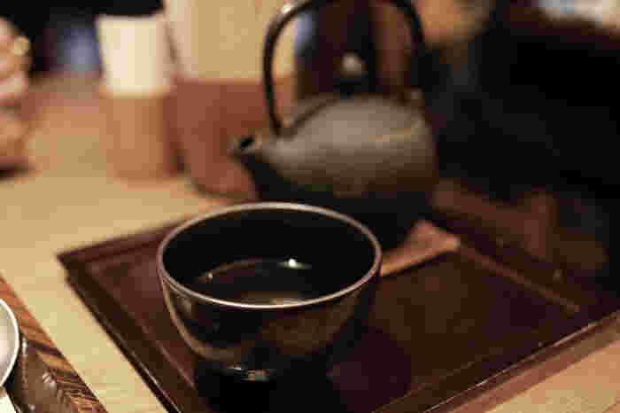 """毎日のおともに「ほうじ茶」は入っていますか?「ほうじ茶」は、煎茶や番茶、茎茶を""""焙じ(ほうじ)""""たお茶のこと。""""焙じる(焙煎する)""""ことによって生まれる、独特の香ばしさが魅力です。玉露や煎茶のような瑞々しい香りや高級感はないものの、どこか懐かしくほっとするような味わいです。"""