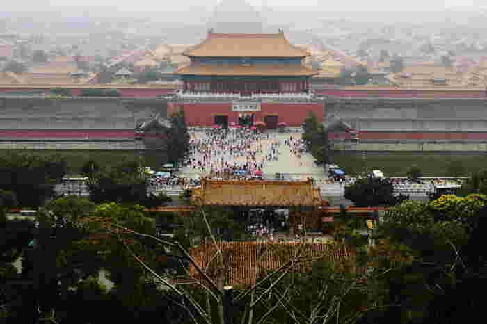 約500年に渡って24人の皇帝の居城となった故宮。かつては紫禁城と呼ばれ、南北960m、東西760m、約72万㎡もある世界最大の宮殿です。9000近くもの部屋があり、9000人もの女官や家来が住んでいたそう。とにかく広いので、見学する際は音声ガイドをレンタルするかガイドツアーに参加するのがおすすめです。