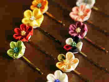 こんな可憐なつまみ細工も。花びらひとつひとつ、丁寧に作られています。同じ形でも、色の組み合わせ次第で雰囲気が変わりますね。