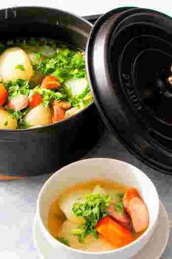 シンプルで簡単!出汁や醤油、酒やみりんなどで味付けする、和風ポトフのレシピです。捨ててしまいがちな大根の葉も使うのがポイント!彩り綺麗に仕上がりますよ。