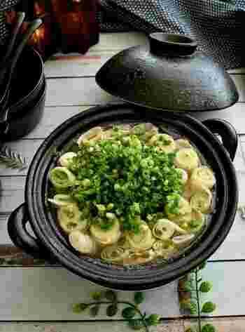 ぶつ切りにした長ねぎに豚バラ肉を巻きつけた、ねぎを豪快にいただく鍋レシピ。大根もピーラーで薄くスライスして巻くことで火が通りやすい。昆布だしベースであっさり味にごま油が香ります。