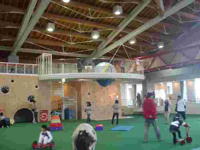 施設内には、子どもたちが思いっきり遊べる「キッズアリーナ」と呼ばれるプレイスペースがあります。体育館のように広い設備で、年齢によって遊ぶスペースが分かれているのがポイント。小さなお子さんでも安心して遊ばせられますよ。