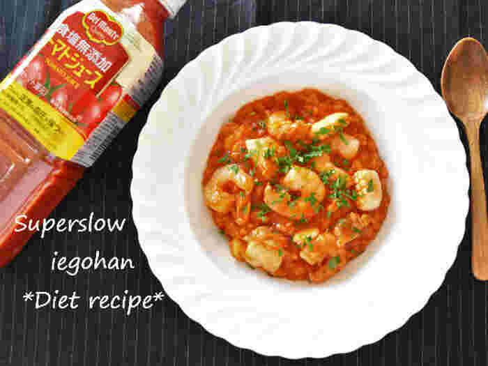 トマトジュースとコンソメ、白ワインをあわせて、本格的な美味しさのリゾットを作りましょう。冷凍のシーフードミックスでもしっかり旨みが効いて、食がすすみますよ。