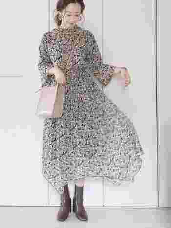 ふわりと風に舞う裾が優美な花柄ワンピース。甘くなりすぎないように、足元はブーツでキュッとしめてメリハリあるコーデにすると素敵です◎