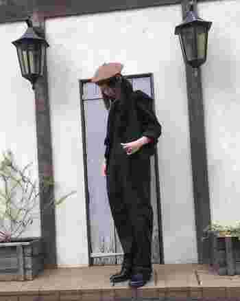帽子以外はすべてブラックで統一!平面的になりがちなブラックのワントーンも、ジレ効果でニュアンシーにまとまります。