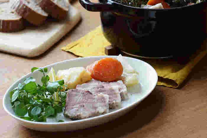 ARABIAのオーバル皿なら「ココ オーバルプレート」がおすすめです。北欧フィンランドで生まれたこのARABIA、大きめのデザインであるため、パスタやカレーにぴったりのサイズ感♪深めに作られているのでスープ類のお料理にも使えます。