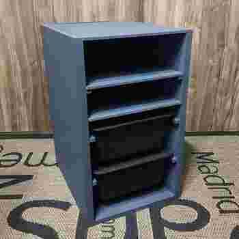 引き出しを思い切って抜いてしまい、オープンな収納棚にするアイデア。この写真の例のようにボックスをはめ込んだり、またブティックのように洋服をたたんで見せる収納にしてもいいですね。