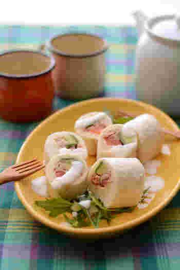 太巻き寿司のように、ツナやアボカド、トマトをパンで巻いて作る太巻きサンドイッチ。ラップごと切るので手も汚れず忙しい朝のランチ作りには大助かりです。
