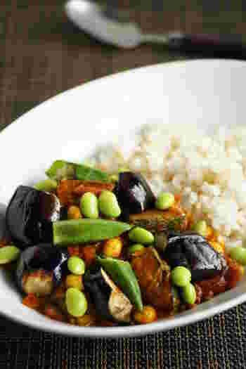 動物性の食材は一切使っていないヘルシーな夏野菜カレー。 枝豆のグリーンが食欲をそそります☆