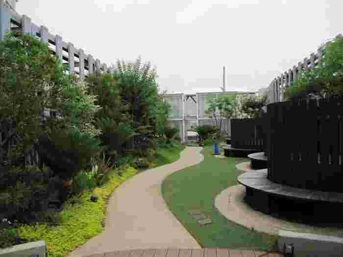 続いては神奈川エリア。こちらは横浜ベイクォーター6階にある「ベイガーデン」です。広さはそこまでありませんが、心地良い風と緑に癒される空間になっています。ペットと一緒に遊べるペットエリアもありますよ♪