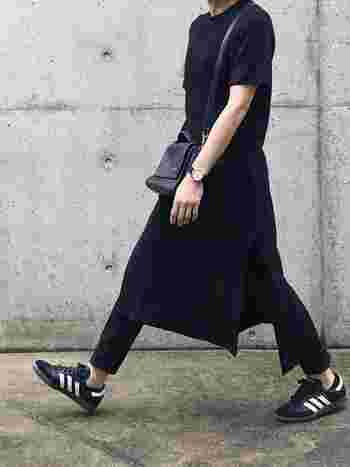 黒Tシャツワンピースにパンツを重ね穿きしたブラックコーデの足元に、アディダスの黒スニーカーを合わせて。黒に映える3本ラインは、モノトーンコーデのアクセントになります。