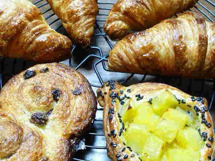 パン・オ・ショコラと並ぶ代表的な菓子パンが、パン・オ・レザンです。パン・オ・ショコラとパン・オ・レザンはセットで必ずパン屋さんに置いてあります。パン・オ・ショコラがチョコレートを包みながら巻いている形なのに対し、パン・オ・レザンはうずまき状の形が定番です。